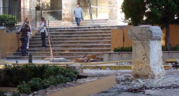 (Fig. 6. Les obres de la Plaça amenacen un pedestal romà)