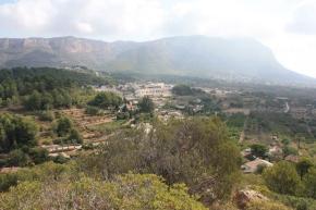 Vista de la població de Jesús Pobre, al fons de la vall, al sud del Montgó.
