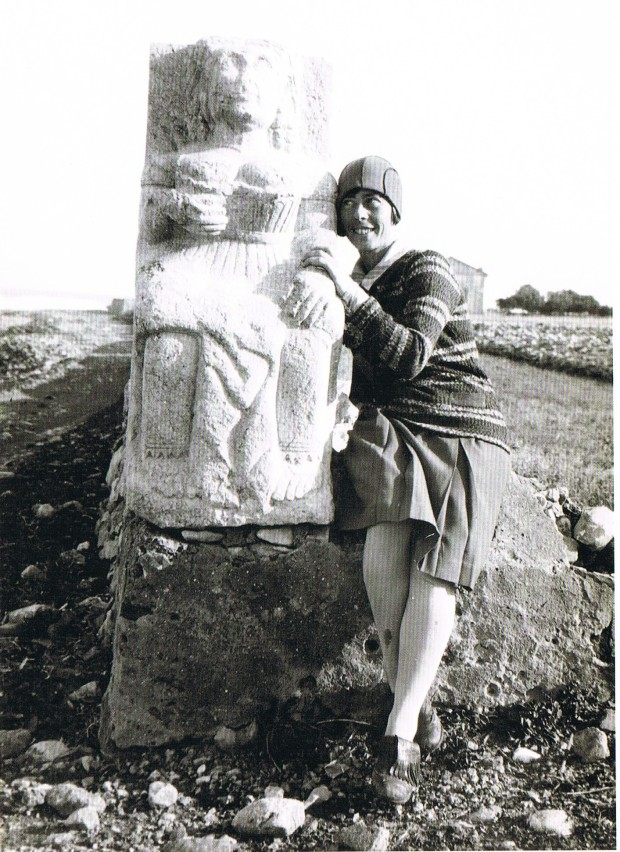 Raggen i una estatua antiga. hui al castell 1929. Les Rotes , Anys 20. Ed. Ajuntament de Dénia, 2014