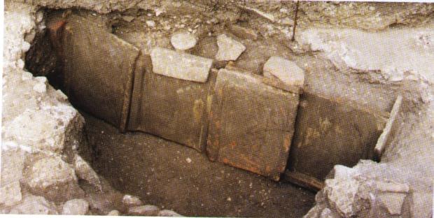 Tomba a dues aigües, Necròpoli de l'Almadrava (Foto. Pascual Costa)
