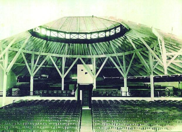 Pati de butaques i estructura de fusta del Teatro Circo (Arxiu M. Crespo).