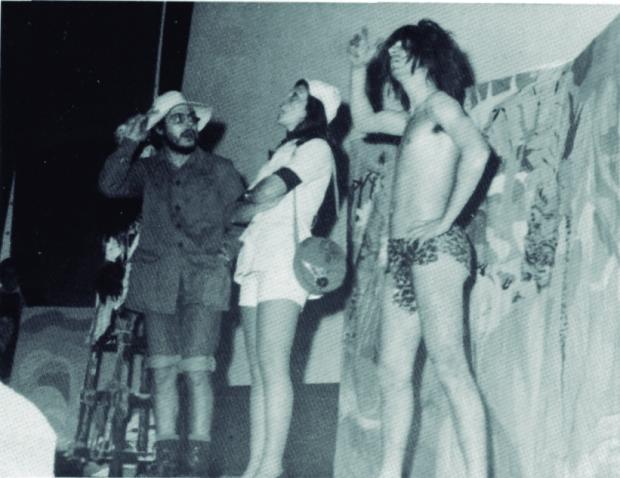 Grup Llebeig a Tartan dels micos, de Terenci Moix. (Font: fons Vicent Balaguer. Arxiu Municipal de Dénia)